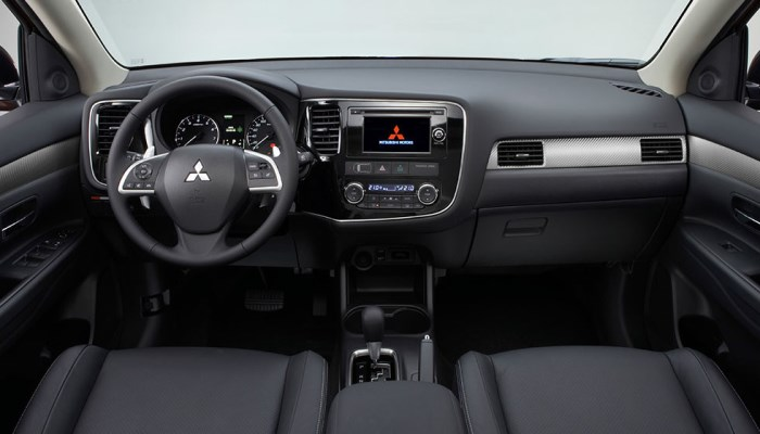salon-mitsubishi-outlander-2015