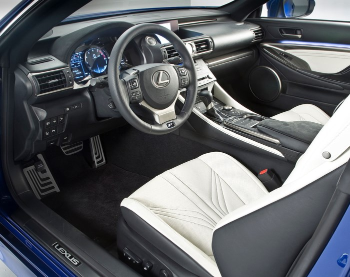 salon-Lexus-RC-F-foto