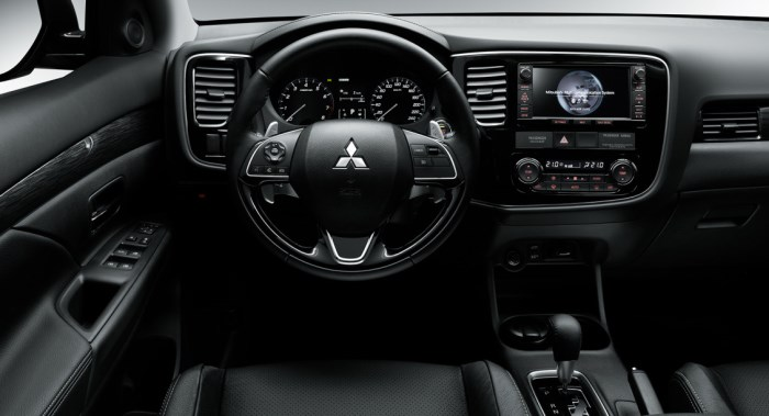 salon-Mitsubishi Outlander-2015